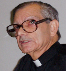 El jesuita y astrofísico Manuel Carreira enseña