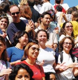 Dos millones de jóvenes españoles no van a misa pero aprecian la religión