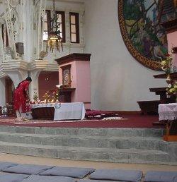 Un católico herido en el antentado de la Catedral de Katmandú perdona públicamente a la autora del mismo