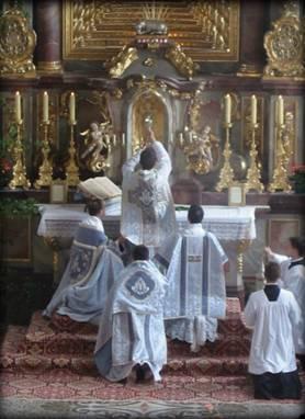 El 63% de los católicos practicantes italianos, dispuestos a acudir a la «misa antigua» al menos una vez al mes