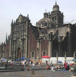 Un grupo de fieles echa sin contemplaciones de la Catedral de México a siete anticlericales sacrílegos
