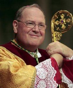 Los fieles ovacionan en pie durante 20 minutos al arzobispo de Nueva York al defender al Papa en su homilía