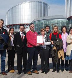 Aumenta el número de padres que se suman a la demanda en Estrasburgo contra la EpC