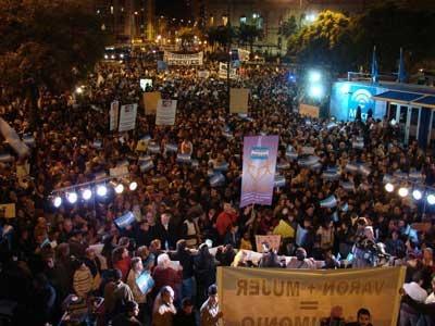 Una multitud de cristianos evangélicos se manifiestan en Argentina contra al matrimonio homosexual