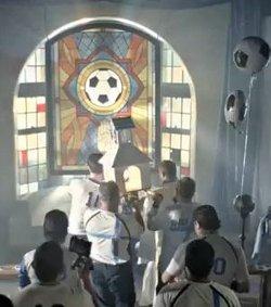 Hyundai emite un anuncio blasfemo en el que se burla de la liturgia católica con motivo del Mundial de fútbol
