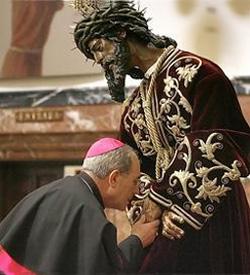 Mons. Asenjo: «Hay veces que nuestros sagrarios son profanados y la reacción de los fieles es tibia»