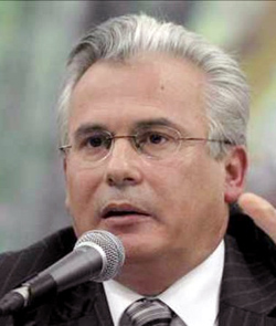 El ex-juez Baltasar Garzón pretende que la actual ley de aborto libre protege suficientemente al feto
