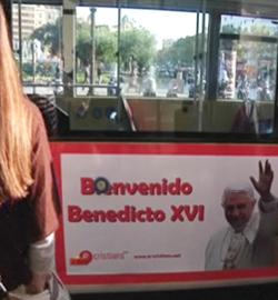 «Bienvenido Benedicto XVI»: Los autobuses de Barcelona anuncian la visita del Papa