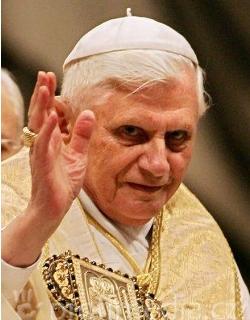 Benedicto XVI: «En la señal de la cruz está contenido el anuncio que genera la fe»