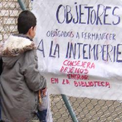 Un colegio de Badajoz castiga a los estudiantes objetores de EpC a quedarse en el patio aunque llueva y haga frío