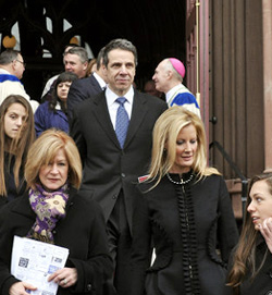Denuncian al obispo de Albany por haber dado la comunión al gobernador de Nueva York
