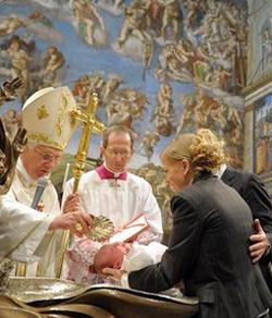 El Papa bautiza a veinte niños en la Capilla Sixtina