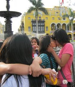 Fieles rezando el Rosario impiden que homosexuales se besen en el atrio de la Catedral de Lima