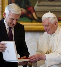 Jerzy Buzek: «Benedicto XVI ofrece un punto de referencia y estabilidad a millones de personas en todo el mundo»