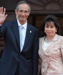 Acusan al presidente de Guatemala de burlarse de la familia por divorciarse por razones políticas