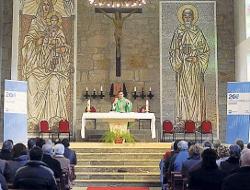 Celebran en el monasterio de Poio una misa con propaganda electoral del PP a ambos lados del altar