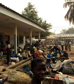 Más de 25.000 personas se refugian en una iglesia de Costa de Marfil