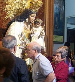 Más de 27.000 fieles participan en el besamano de la patrona de Valencia