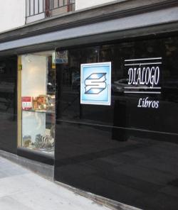 Destrozan el escaparate de una librería que promocionaba libros sobre el Beato Juan Pablo II