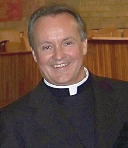 El Cardenal Bertone ordena obispo a quien siendo joven llegó a Roma con unas monedas en sus botas