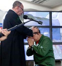 Hugo Chávez condecorará a un sacerdote que recomienda leer el Manifiesto Comunista