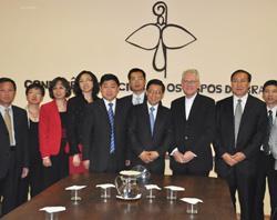 El secretario de la conferencia episcopal brasileña recibió a una delegación de la Iglesia Patriótica China