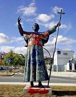 Pintan una esvástica en una estatua de Benedicto XVI en Santiago de Compostela