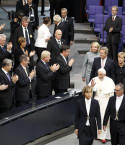 El Bundestag en pleno ovaciona de pie a Benedicto XVI durante varios minutos