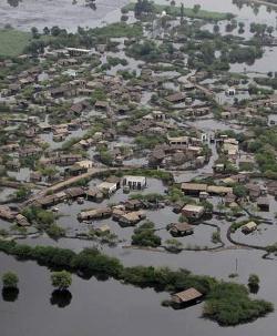 Cristianos e hindúes son expulsados de campos de refugiados por las inundaciones en el sur de Pakistán