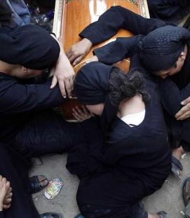 Dolor e ira en el funeral por los cristianos coptos muertos a manos del ejército egipcio