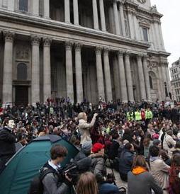Cierran la Catedral anglicana de San Pablo en Londres por la acampada de indignados a sus puertas