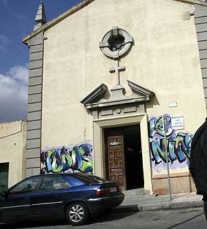 Trabajadores del Instituto de Adicciones del Ayuntamiento de Madrid se encierran en la iglesia de San Carlos Borromeo