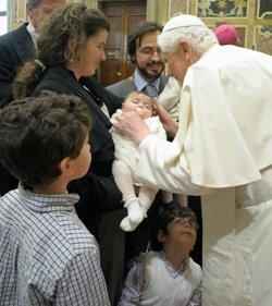 Benedicto XVI pide a los especialistas en infertilidad que no cedan a la tentación de buscar el «lucro fácil» o «sustituir al Creador»