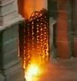 Manifestantes arrojan un artefacto incendiario contra las puertas de la Catedral de Santiago de Chile