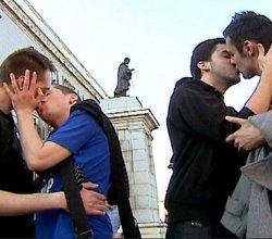 Gays y lesbianas montan un número a las puertas de la Catedral de la Almudea