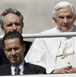 El P. Lombardi informa que ha dado comienzo del interrogatorio formal al mayordomo del Papa