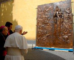 El Papa bendice la Puerta de Chile