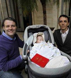 Una pareja de homosexuales argentinos registra un bebé gestado en un vientre de alquiler de la India