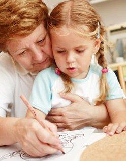 Más de un millón de abuelas cuidan habitualmente de sus nietos en España