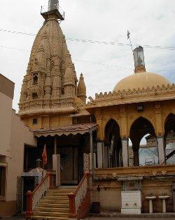 Un grupo de musulmanes es acusado de blasfemia en Pakistán por atacar un templo hindú
