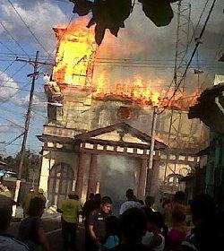 Un incendio destruye un templo católico del siglo XVII en San Salvador