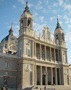 Desactivan una bomba en la Catedral de La Almudena en Madrid