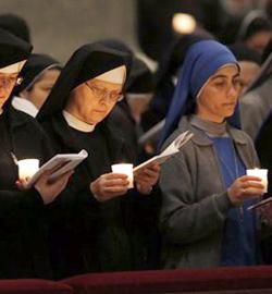 Benedicto XVI confirma en la fe a los consagrados durante la Misa en la fiesta de la Presentación del Señor