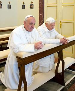 El papa Francisco y Benedicto XVI rezan juntos
