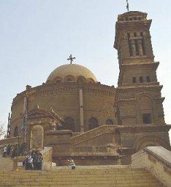 La policía egipcia interviene para impedir que una iglesia sea atacada por musulmanes