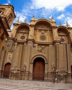 Convocan una huelga de hambre ante la Catedral de Granada para exigir que se dé la confirmación a un transexual