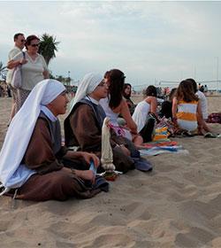 Una nueva comunidad de jóvenes religiosas se instala en Valencia y evangelizan en la playa