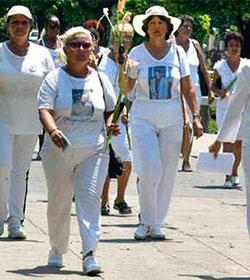 «Turbas organizadas» impiden ingreso de Damas de Blanco a Misas en Cuba