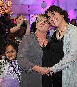 El pastor de una secta liberal unitaria celebra la primera «boda» entre lesbianas en Nueva Zelanda