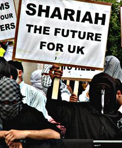 Casi la mitad de los británicos se plantea abandonar el país al verlo convertido en un estercolero multicultural - Página 3 Shariauk